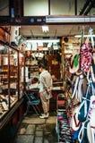 Sandalias japonesas Zori del vintage que hace la tienda con el cliente en shina imagen de archivo