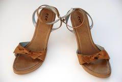 Sandalias marrones del verano de las mujeres Imágenes de archivo libres de regalías