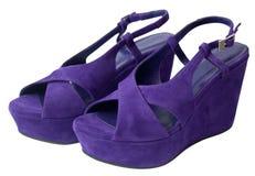 Sandalias púrpuras de la plataforma Fotografía de archivo