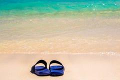 Sandalias por el mar Imagenes de archivo