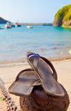 Sandalias por la playa Imagen de archivo