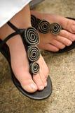 Sandalias que desgastan de la mujer Fotografía de archivo