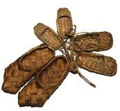 sandalias tejidas madera del abedul de la zapatilla de deporte para el desgaste diario en el pueblo en un fondo de madera Fotografía de archivo