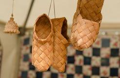 Sandalias trenzadas en la feria de artesanos ucrania Foto de archivo libre de regalías