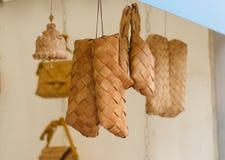 Sandalias trenzadas en la feria de artesanos ucrania Foto de archivo