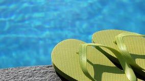 Sandals door pool, sluit omhoog stock footage