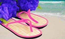 Sandals en lei op strand Royalty-vrije Stock Afbeeldingen