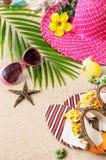 Sandals, hitte en zonnebril op het zand Het concept van het de zomerstrand Royalty-vrije Stock Afbeelding