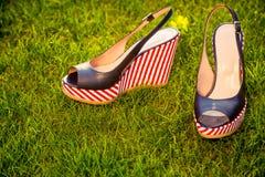 Sandals, ligt op het gras in de tuin royalty-vrije stock afbeeldingen
