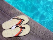 Sandals op een houten vloer stock afbeelding