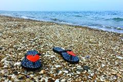 Sandals op het steenstrand Royalty-vrije Stock Foto