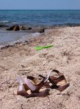 Sandals op het strand Royalty-vrije Stock Afbeeldingen