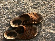 Sandals op het strand bij zonsondergang Royalty-vrije Stock Fotografie