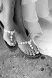 Sandals op voeten op bruid Stock Afbeeldingen