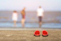 Sandals på en strand Arkivfoton