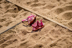 Sandals på sanden Fotografering för Bildbyråer