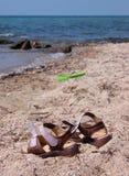 Sandals på stranden Royaltyfria Bilder