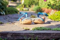 Sandals is in steen, de schoenen van vrouwen stock fotografie