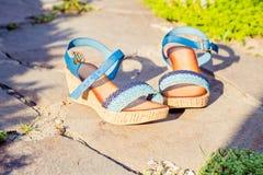 Sandals is in steen, de schoenen van vrouwen royalty-vrije stock fotografie