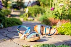 Sandals is in steen, de schoenen van vrouwen royalty-vrije stock foto