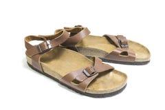 Sandals van de bruine die, leervrouw op witte achtergrond wordt geïsoleerd Stock Foto