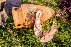 Sandals van de vrouwenzomer liggen op het gras royalty-vrije stock fotografie