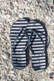 Sandals van het strand geplaatst die op een witte achtergrond wordt geïsoleerde Stock Fotografie
