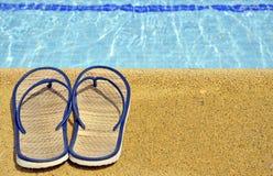 Sandals van vrouwen op de voeten van de pool Stock Afbeelding
