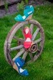 Sandals van vrouwen zijn op het wiel stock afbeelding