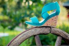 Sandals van vrouwen zijn op het wiel royalty-vrije stock foto's