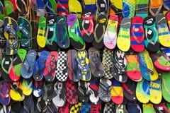 Sandals voor verkoop dichtbij de Nieuwe Markt, Kolkata, India royalty-vrije stock fotografie
