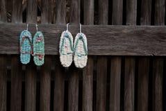Sandals (zori) op een tempelmuur Royalty-vrije Stock Foto's