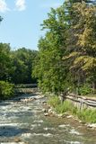 Sandanska Bistritsa flodbortgång till och med stad av Sandanski Arkivbild
