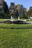 SANDANSKI, BULGARIA - 4 DE ABRIL DE 2018: Fuente en el parque del parque en la ciudad de Sandanski, Fotografía de archivo