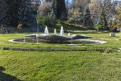 SANDANSKI, BULGARIA - 4 DE ABRIL DE 2018: Fuente en el parque del parque en la ciudad de Sandanski, Foto de archivo libre de regalías