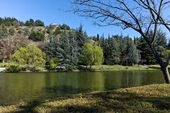 SANDANSKI, BULGARIA - 4 DE ABRIL DE 2018: Opinión de la primavera del lago en parque en la ciudad de Sandanski Imagen de archivo
