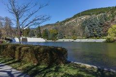 SANDANSKI, BULGARIA - 4 DE ABRIL DE 2018: Opinión de la primavera del lago en parque en la ciudad de Sandanski Fotografía de archivo