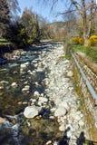 SANDANSKI, BULGARIA - 4 DE ABRIL DE 2018: Río de Sandanska Bistritsa que pasa a través de la ciudad de Sandanski Imagen de archivo libre de regalías
