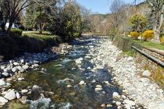 SANDANSKI, BULGARIA - 4 DE ABRIL DE 2018: Río de Sandanska Bistritsa que pasa a través de la ciudad de Sandanski Imágenes de archivo libres de regalías