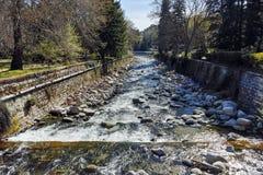 SANDANSKI, BULGARIA - 4 DE ABRIL DE 2018: Río de Sandanska Bistritsa que pasa a través de la ciudad de Sandanski Foto de archivo libre de regalías