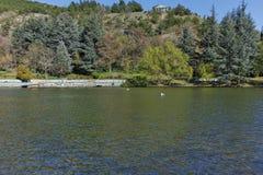SANDANSKI, BULGARIJE - APRIL 4, 2018: De lentemening van meer in park in stad van Sandanski, Stock Fotografie