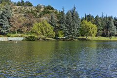 SANDANSKI, BULGARIJE - APRIL 4, 2018: De lentemening van meer in park in stad van Sandanski, Stock Foto