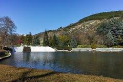 SANDANSKI, BULGARIJE - APRIL 4, 2018: De lentemening van meer in park in stad van Sandanski Stock Foto