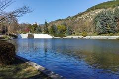 SANDANSKI, BULGARIJE - APRIL 4, 2018: De lentemening van meer in park in stad van Sandanski Stock Afbeeldingen