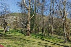 SANDANSKI, BULGARIJE - APRIL 4, 2018: De lentemening van park in stad van Sandanski Stock Foto's