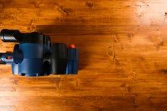 Sandar hjälpmedel på träbakgrund royaltyfri fotografi
