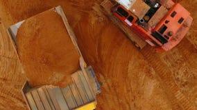 Sandarbeitsvogelperspektive Minenmaschiene am Sandbergwerk Vogelperspektive des Bergbausandes stock video
