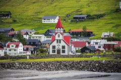 Sandavagur cityscape, sydkusten av den Faroese ön av Vagar arkivfoton
