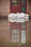 Sandbags έξω από τη μπροστινή πόρτα του πλημμυρισμένου σπιτιού Στοκ Εικόνα