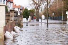 Sandbags έξω από το σπίτι στον πλημμυρισμένο δρόμο Στοκ Φωτογραφίες
